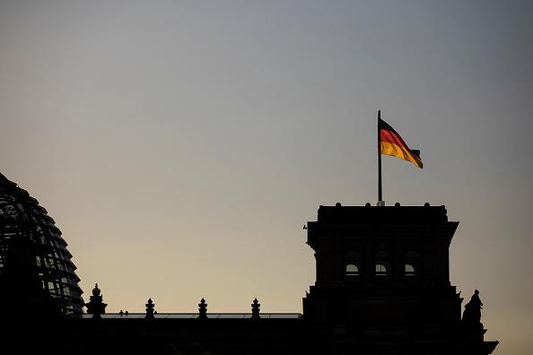 Macron à la rescousse de Merkel avant un vote crucial en Allemagne